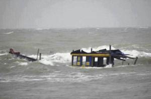 Tin tức trong ngày - Sóng đánh chìm thuyền, 2 người mất tích trên biển