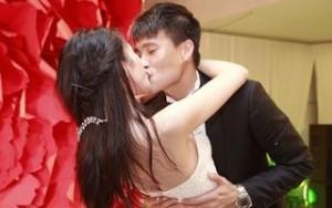 Ca nhạc - MTV - Công Vinh hôn Thủy Tiên say đắm tại lễ cưới đêm
