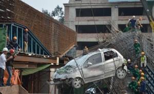 Sập giàn giáo:  Giải cứu  chiếc taxi bị 80 tấn bê tông đè bẹp