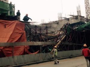 Sập giàn giáo nhà ga đường sắt trên cao, ô tô bị đè nát