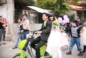 Cuộc sống - Thích thú màn rước dâu bằng xe đạp điện