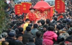 Bạn trẻ - Cuộc sống - Hơn 30.000 người đổ xô đi xem lễ cưới truyền thống