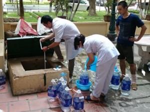 Tin tức trong ngày - Vỡ đường ống nước: Bác sĩ xách nước, bệnh nhân xin về