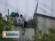 Bóng đá - CĐV trèo rào vào sân chụp hình cùng Công Phượng