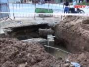 Video An ninh - Mặt đường sạt lở, công nhân bị bê tông đè gãy cột sống