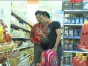 Camera giấu kín: Hồn nhiên bóc đồ ăn trong siêu thị