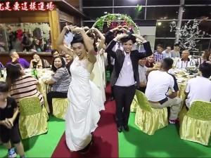 Bạn trẻ - Cuộc sống - Clip: Chú rể mặc váy nhảy sexy trong đám cưới