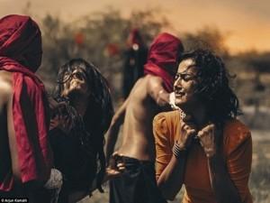 Giới trẻ - Ám ảnh bộ ảnh tình yêu bị ngăn cấm của cặp đôi đồng tính nữ Ấn Độ