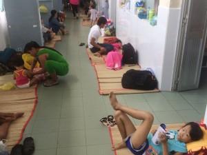 Tin tức Việt Nam - TP.HCM: Bệnh dịch liên tiếp bùng phát, bệnh nhi nằm la liệt ở hành lang