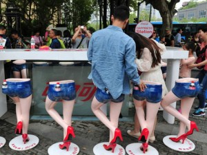Bạn trẻ - Cuộc sống - Giới trẻ TQ háo hức chụp ảnh với ghế chân dài