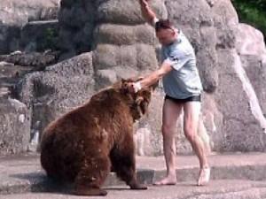 Chuyện lạ - Thợ săn sống sót nhờ... thọc tay vào miệng gấu
