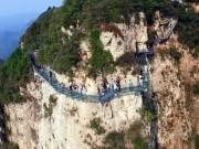 Du lịch - TQ: Cầu kính cao hơn 1 km bị nứt, du khách điếng hồn