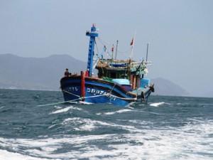 """Tin tức trong ngày - Tàu cá gãy trục, 12 thuyền viên trôi """"tự do"""" trên biển"""