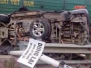 Video An ninh - Tàu hỏa kéo rê ô tô hàng chục mét, 4 người trọng thương