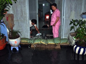 Tin tức trong ngày - Người Sài Gòn thức đêm đắp đê ngăn nước vào nhà