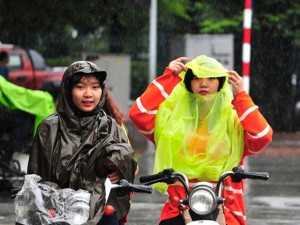 Tin tức trong ngày - Ảnh: Người Hà Nội tê tái trong gió lạnh, mưa phùn