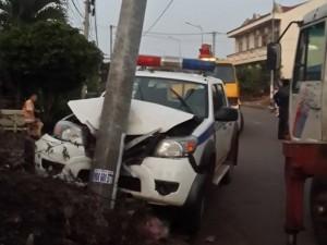 Tin tức Việt Nam - Truy đuổi 2 tên trộm chó, xe CSGT đâm vào cột điện