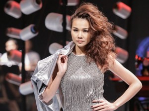 Người mẫu - Hoa hậu - Thanh Hằng hóa chiến binh, làm vedette tại Elle Show