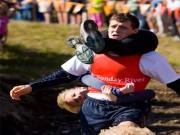 Thể thao - Độc đáo môn thi cõng vợ, thưởng bia