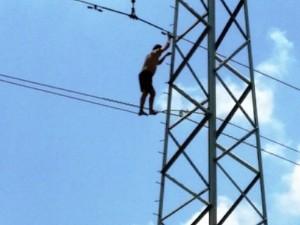 """Tin tức trong ngày - Nam thanh niên """"nhảy múa"""" trên dây điện cao thế"""