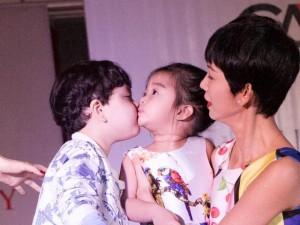 Cậu ấm nhà Trương Quỳnh Anh hôn nựng con gái Xuân Lan