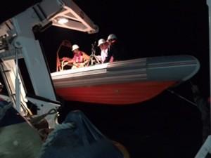 Tin tức trong ngày - Cứu hai ngư dân trên tàu cá đang chìm ngoài khơi