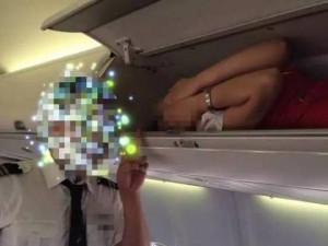Bạn trẻ - Cuộc sống - Phẫn nộ tiếp viên hàng không bị nhét vào giá chứa hành lý