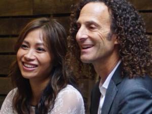 Mặt sau cánh gà - Video: Lộ diện bạn gái gốc Việt của huyền thoại Kenny G