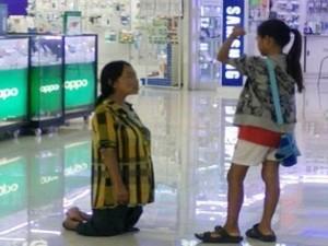 Bạn trẻ - Cuộc sống - Mẹ quỳ gối xin lỗi vì không có tiền mua iPhone cho con