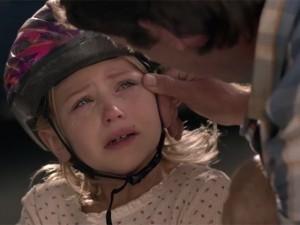 Giới trẻ - Clip xúc động: Cha luôn ở bên lau nước mắt cho con gái