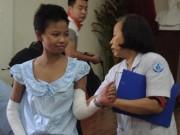 Sức khỏe đời sống - Bé gái bán vé số bị mẹ đốt tươi cười ngày xuất viện