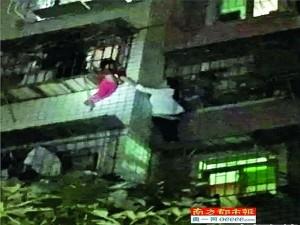 """Tin tức trong ngày - """"Nữ người nhện"""" TQ tay không leo 5 tầng cứu bé sắp rơi"""