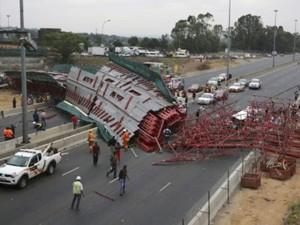 Tin tức trong ngày - Nam Phi: Cầu sập xuống cao tốc, 23 người thương vong