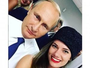 """Thế giới - TT Putin chụp ảnh """"tự sướng"""" với người mẫu xe đua"""