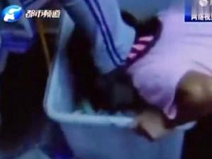 Tin tức trong ngày - TQ: Nữ sinh ép bạn quỳ gối, dùng miệng bới rác
