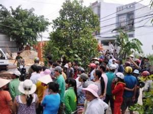 Tin tức trong ngày - Hàng chục người nâng tấm bê tông đè lên 2 công nhân