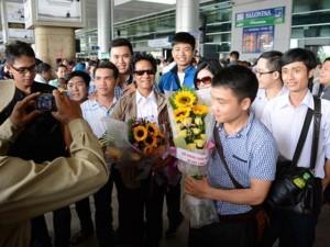 Chế Linh bị fan vây kín khi vừa trở về Sài Gòn