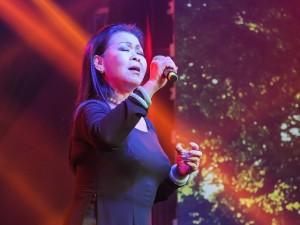 Khánh Ly xúc động khi hát tại quê hương chồng quá cố