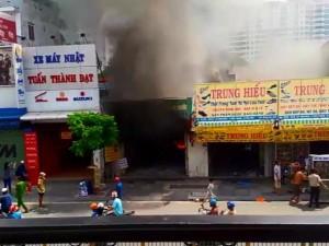 Tin tức trong ngày - Clip cháy kinh hoàng khiến 2 mẹ con tử vong ở TP.HCM