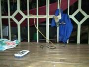 Video An ninh - Lấy điện thoại chơi game, bé trai bị điện giật chết