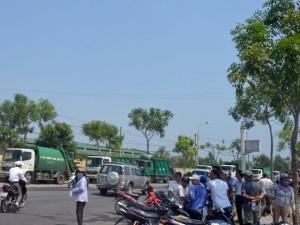 Tin Đà Nẵng - Dân vây hàng chục xe tải trước bãi rác lớn nhất Đà Nẵng