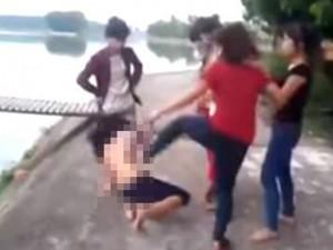Tin tức trong ngày - Người tung clip đánh thiếu nữ không mặc áo có thể bị xử lý hình sự