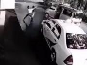 Thể thao - Bắt cóc nhầm cao thủ, 3 gã cướp bị đánh tơi tả