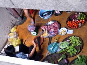 Tin tức trong ngày - Họp chợ sầm uất giữa hành lang chung cư ở TP.HCM