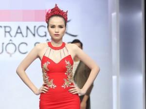 Thời trang - Diễm Hương tự tin làm vedette trên sàn catwalk