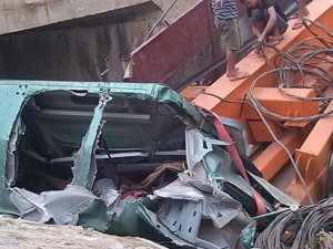 Tin tức trong ngày - Xe tải lao xuống vực, người dân dùng xà beng cứu lái xe