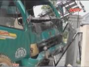 Camera hành trình - Tài xế ngủ gật tông sập nhà dân, 2 người trọng thương