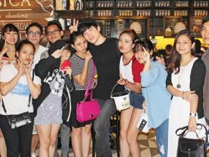 Nathan Lee biểu cảm đáng yêu trong vòng vây fan Hà Nội