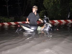 """Tin tức trong ngày - Người Sài Gòn hì hục đẩy xe vượt """"biển đen"""" sau mưa lớn"""