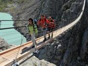 Phi thường - kỳ quặc - Rợn người đi qua cây cầu treo dài và nguy hiểm ở Thụy Sĩ